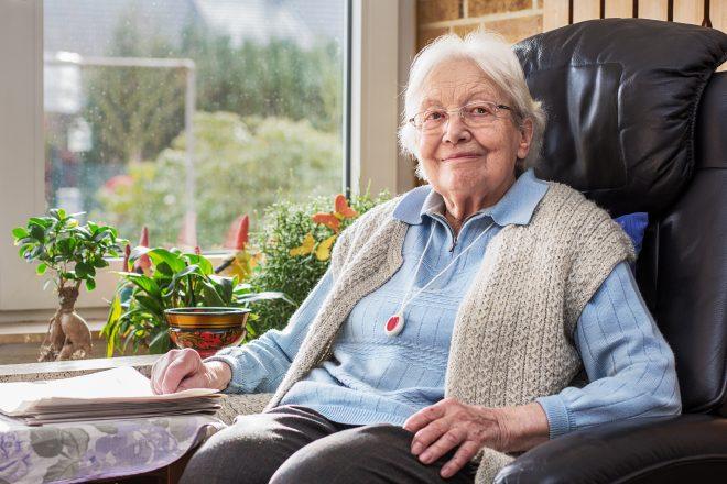 Ältere Person mit Notfallknopf