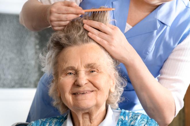 Friseurin beim Haareschneiden